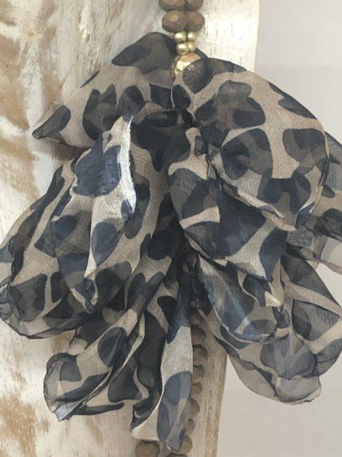 Detalle flor collar bolas bronce