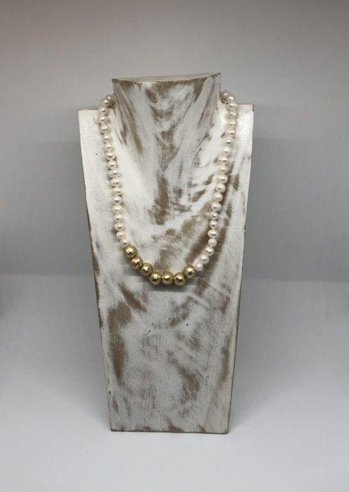 Collar perlas con bolas doradas