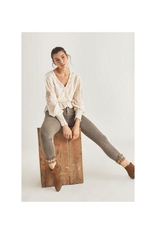blusa-con-cenefa-bordada-en-escote (1)