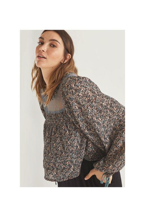 blusa-plisada-con-escote-en-tul-plumeti